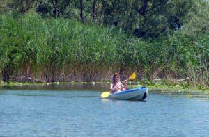 байдарка на озере