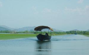 лодка в протоке