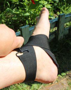 нога фиксирована ремнем