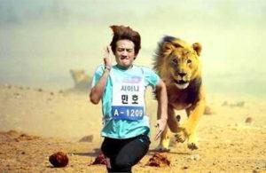 человек убегает от льва