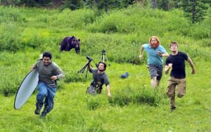 люди убегают от медведя