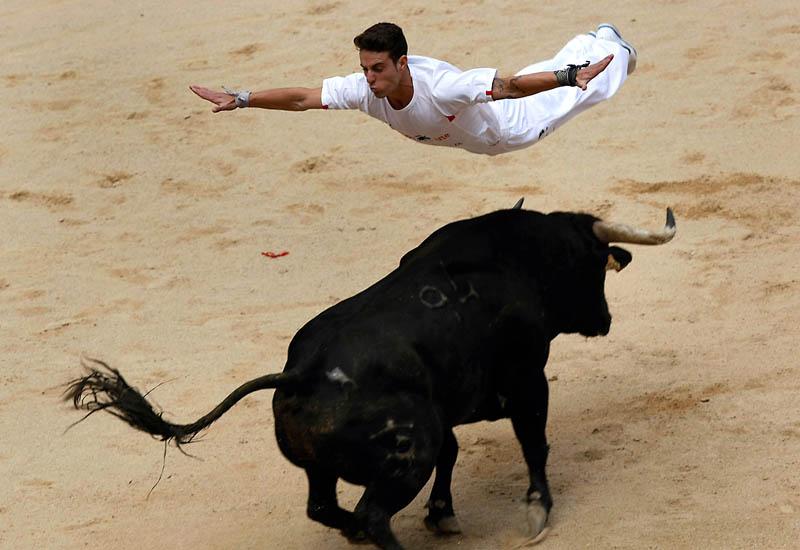 человек летит над быком