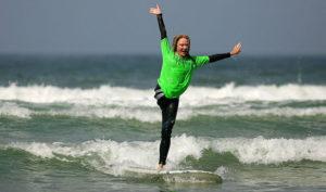 одноногая серфингистка