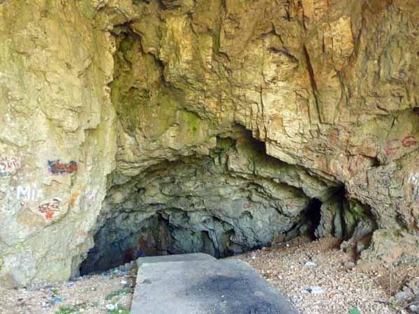 Вход в карстовую пещеру