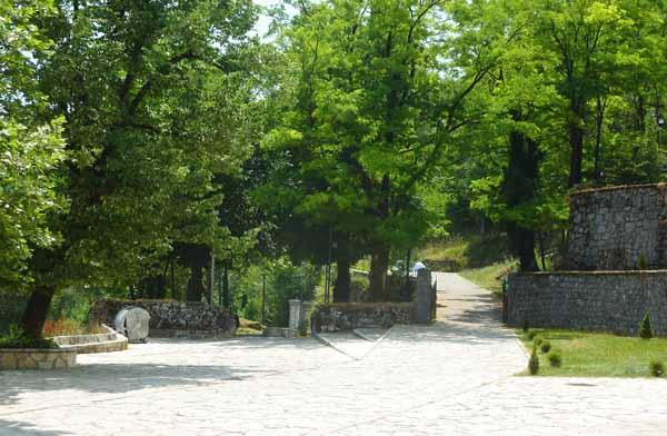 Слева дорога к мавзолею Негоша