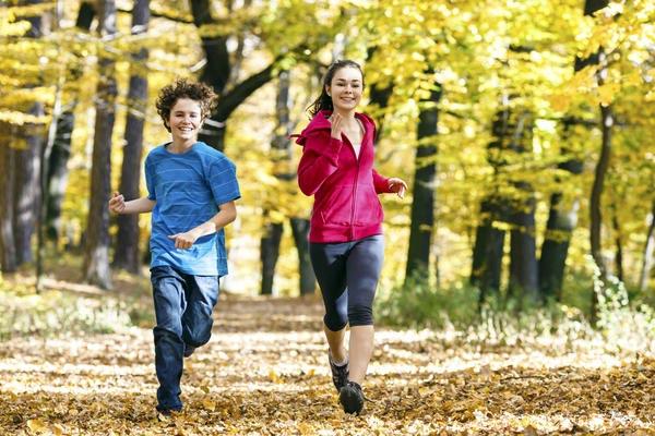 Подростки бегут по лесу