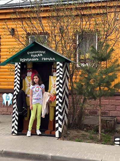 девочка в будке
