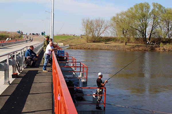 рыбаки на понтонном мосту
