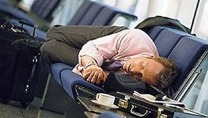 мужчина спит в аэропорту