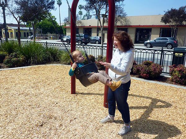 бабушка качает внука
