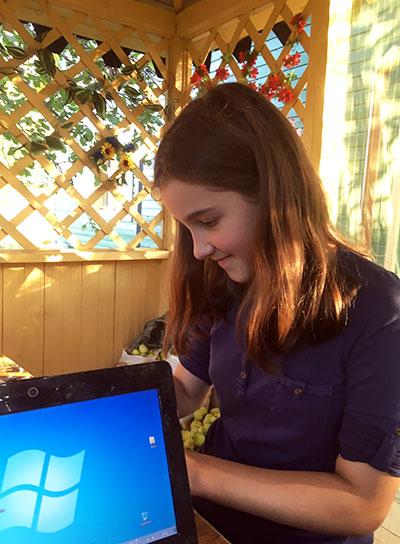 Ксеня смотрит в смартфон