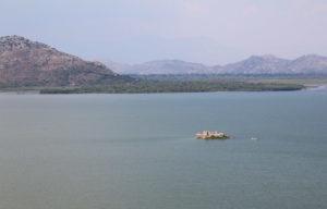 тюрьма на середине озера