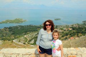 жена и дочка на фоне озера