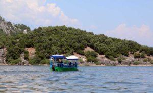 корабль на озере