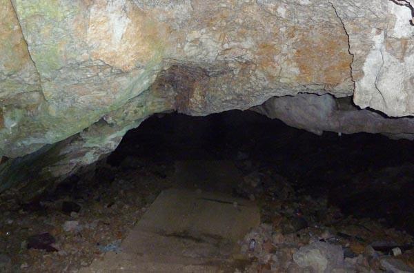Ступени уходят вглубь пещеры