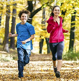 Дети бегут по осеннему лесу