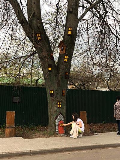девочка у дерева