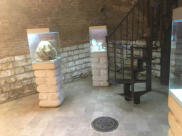 экспонаты на столбах