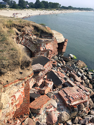 обрушившиеся стены
