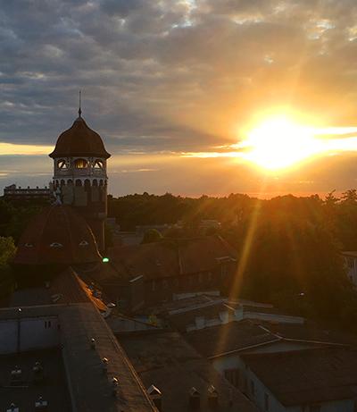 Башня и садящееся солнце